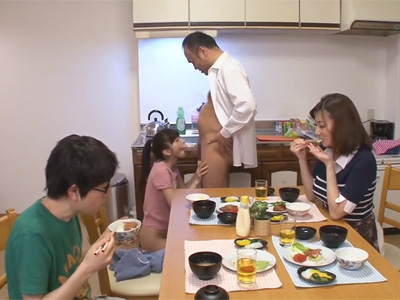 【adaruto動画】性に寛容な家庭の日常…朝食中に性欲を我慢できなくなったパイパンの娘がお父さんのチンポを求め近親相姦!