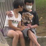 【JCカップル盗撮adaruto動画】野外で初々しい若いカップルが人目を気にしながらイチャイチャしている姿が見られる!