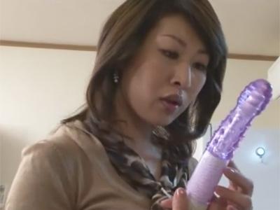 【adaruto動画】初めて目にする実物のバイブに興奮した美熟女がきゅうりをしゃぶりながらバイブでオナニー!