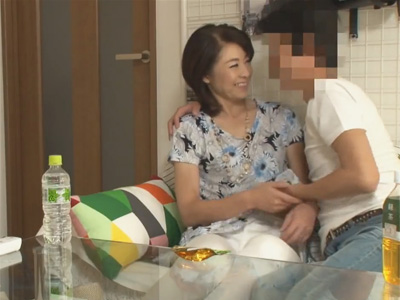 【熟女連れ込みセックスadaruto動画】50歳オーバーの熟女が若い男の家に招待をされて中出しセックスを楽しみまくる!