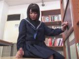 【adaruto動画】セーラー服のロリカワ女子校生が図書室で本棚や椅子から生えた2本のチンポをフェラチオやセックスで貪る!